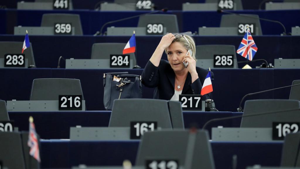 Marine Le Pen convoquée par les juges — Soupçon d'emplois fictifs
