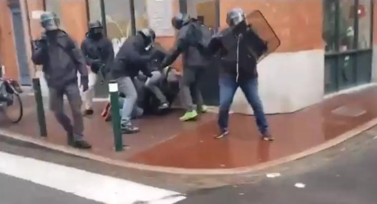 foto de Vidéo Pendant l'acte VI 6 policiers en civil tabassent un Gilet Jaune au sol