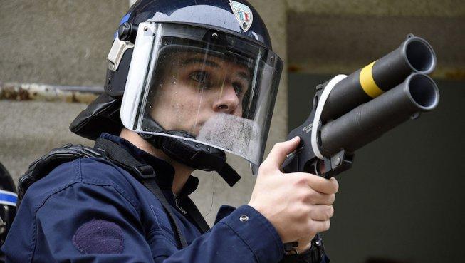 Castaner veut garder les lanceurs de balles de défense (LBD)