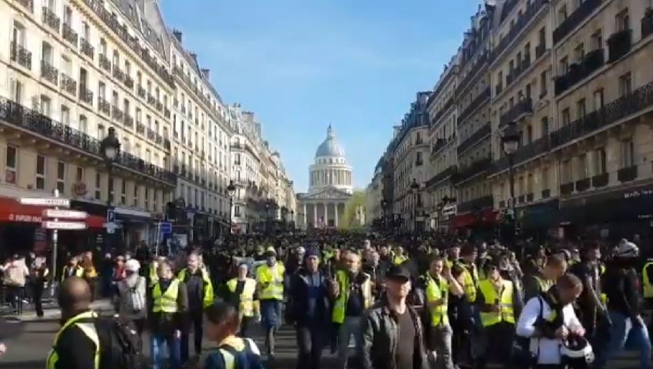 Une voiture renverse des manifestants gilets jaunes — Rouen