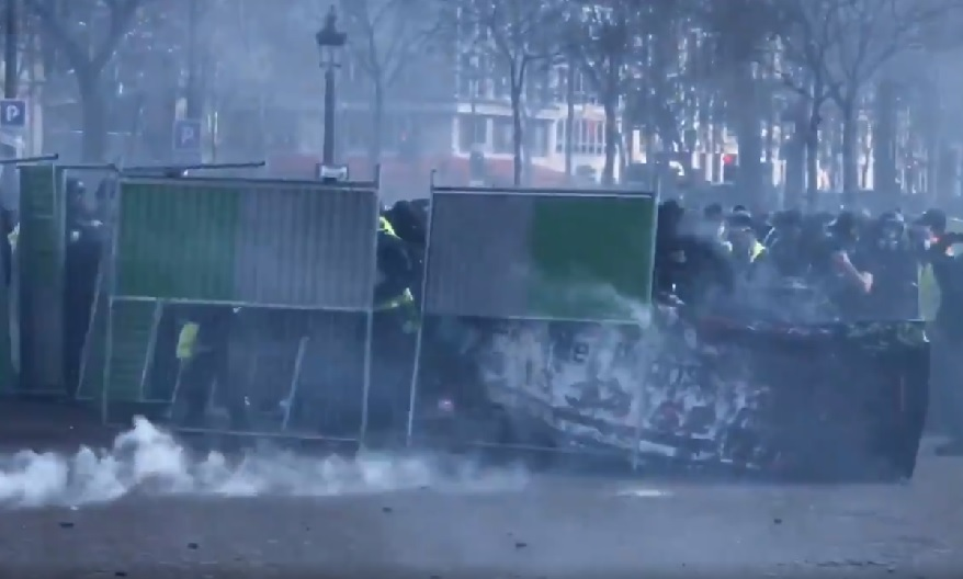 foto de VIDEO Pour les Gilets jaunes le matériel de chantier sert de bouclier contre les LBD