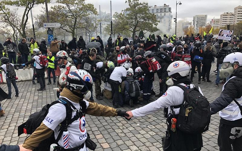 Acte 53 : Un manifestant touché à l'œil par une grenade de desencerclement Place d'Italie - http://www.revolutionpermanente.fr/Section-Politique