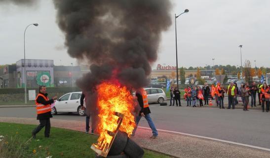 Saint quentin 02 gr ve des travailleurs d 39 auchan for Auchan saint quentin adresse