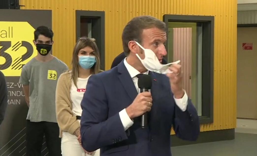 Emmanuel Macron : il s'étouffe avec son masque et inquiète les internautes