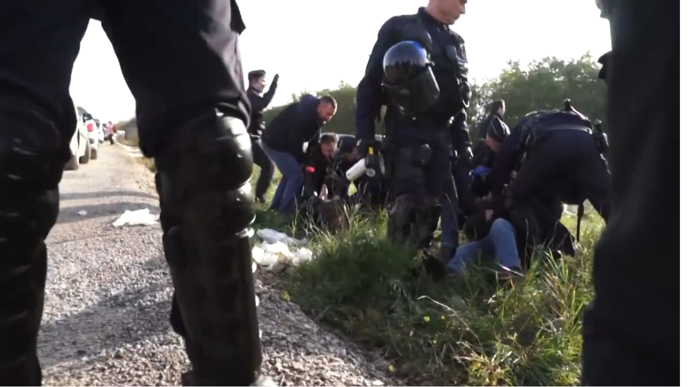 video  calais  apr u00e8s avoir r u00e9prim u00e9 les migrants  la police
