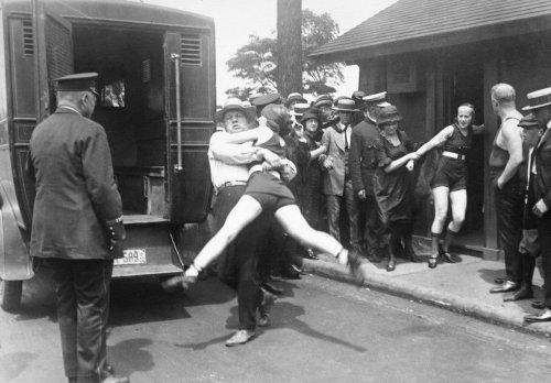 """USA, années 1920 : quand la police faisait la chasse aux maillots de bain pour """"outrage à la pudeur"""""""