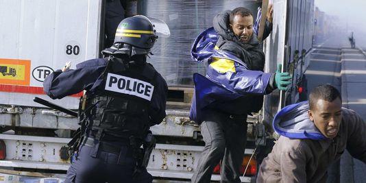 France/Grande-Bretagne. A Calais, Hollande s'est trouvé un nouveau job : douanier
