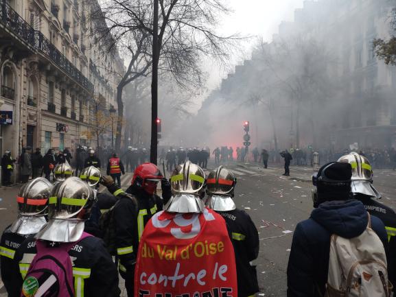 Paris : les pompiers font reculer les CRS et cassent la nasse à République