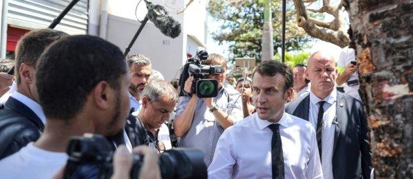 """La Réunion : sous bonne escorte policière, Macron prévient : """"sur la vie chère, il n'y a pas de recette miracle"""""""