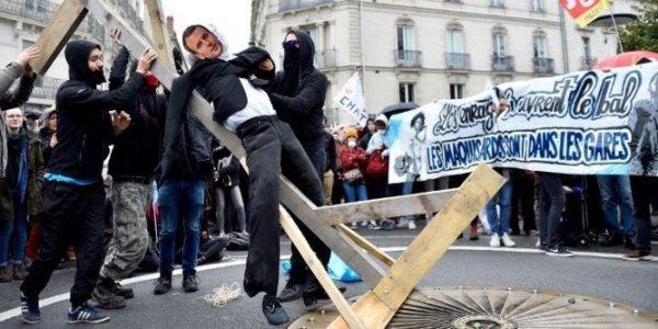 Mannequin de Macron pendu. Les médias et LREM s'offusquent pour invisibiliser la répression