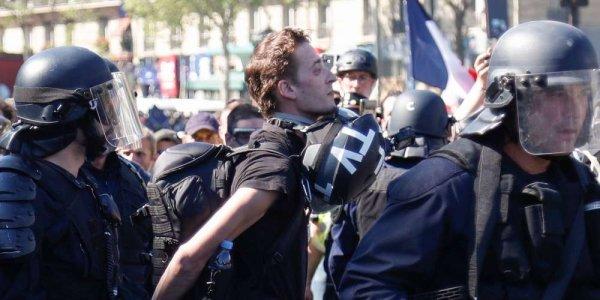 Le journaliste Gaspard Glanz condamné à une amende pour avoir fait un doigt d'honneur aux policiers