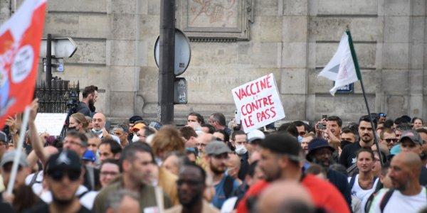 Pancarte antisémite dans une manif anti-pass : lutter contre le racisme, l'extrême-droite et leur instrumentalisation !
