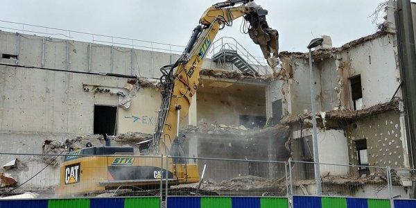 Sanofi : un immeuble neuf de 107 millions d'euros détruit au bulldozer !