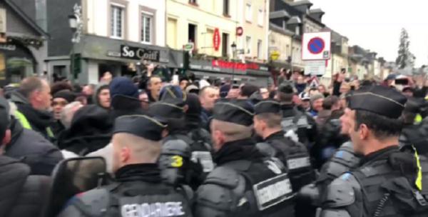 """VIDEO. """"Grand débat"""" : les gendarmes gazent et expulsent les Gilets jaunes, une interpellation"""