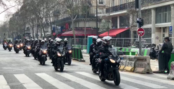 VIDEO. Paris, acte 18 : des colonnes de policiers à moto pour fouiller les Gilets Jaunes