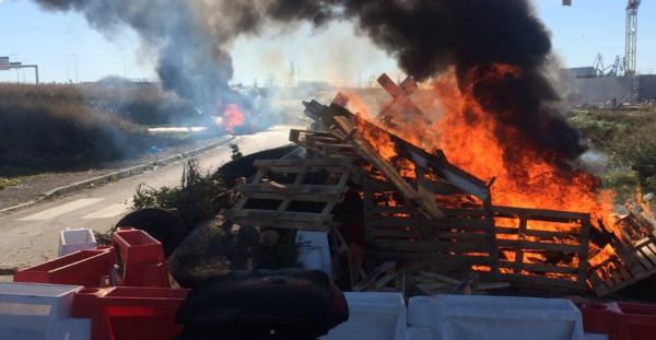 Syndicats et Gilets jaunes bloquent la raffinerie de Frontignan toute la nuit