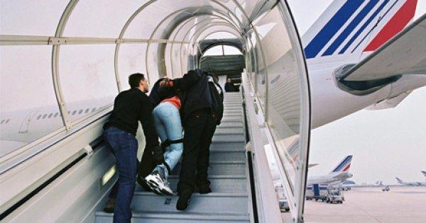 Une activiste empêche l'expulsion d'un réfugié en refusant de s'asseoir dans un avion