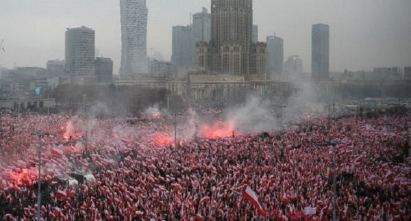 Le gouvernement et les fascistes marchent l'un derrière l'autre à Varsovie regroupant 200 000 personnes