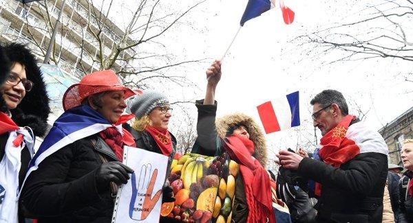 VIDEO. « Analphabète », un foulard rouge hurle et insulte des Gilets Jaunes