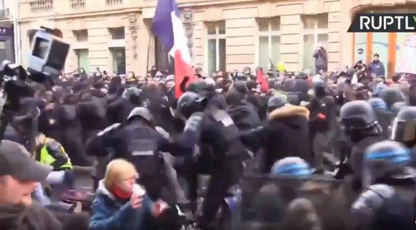 VIDEO. Acte 62. La police attaque le cortège des Gilets jaunes