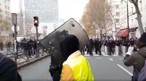 « Laissez-nous converger » : La police empêche les Gilets jaunes de se joindre à la manifestation contre le chômage