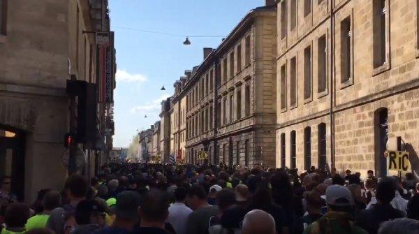 VIDEOS. Bordeaux : mobilisation massive malgré les tirs de LBD et plusieurs blessés
