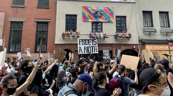 New-York. A Stonewall, des milliers de manifestants contre les violences racistes et transphobes