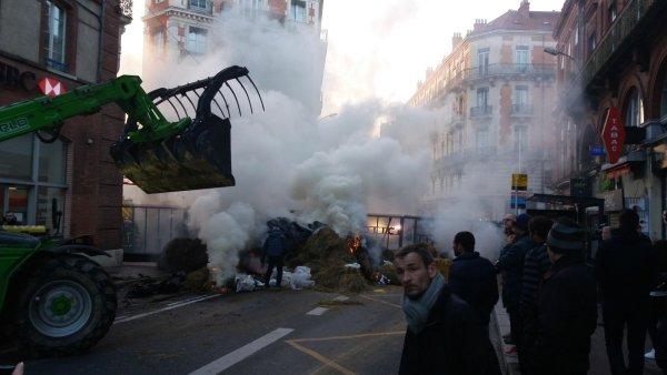 Toulouse bloqué par les agriculteurs. Ce vendredi, machine arrière du gouvernement ou « la guerre » ?