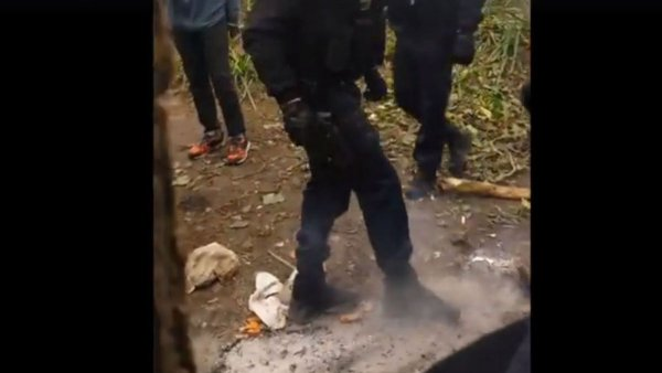 Grand froid. Des gendarmes éteignent les feux de camp des migrants