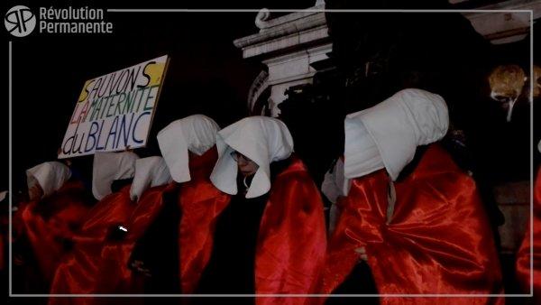 Des manifestantes en tenues de servantes écarlates pour défendre la maternité du Blanc (Indre)
