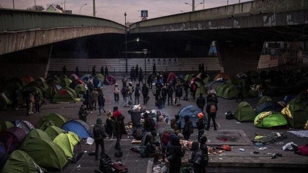 En pleine tempête hivernale, la police évacue et détruit un camp de migrant à Paris