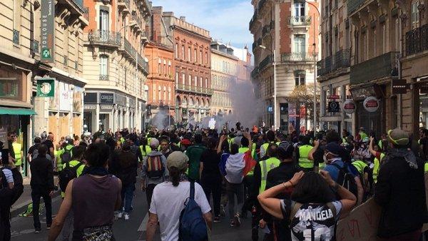 Direct Toulouse. Pluie de gaz lacrymogènes et charges de CRS sur les Gilets Jaunes