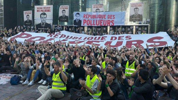 La Défense. Plus de 2000 personnes bloquent le siège de Total et EDF pour l'écologie