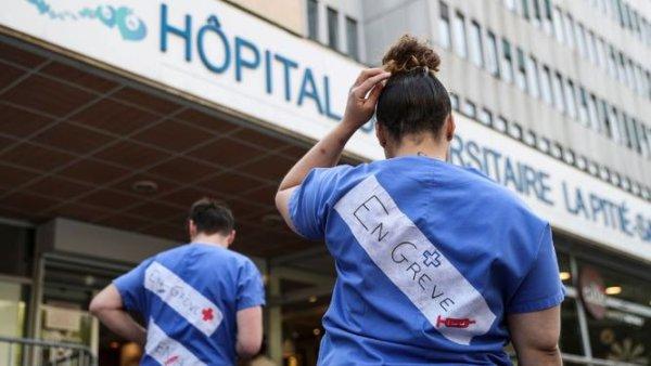 Pitié-Salpêtrière : les CRS arrachent la banderole des hospitaliers grévistes pour la venue de Castaner