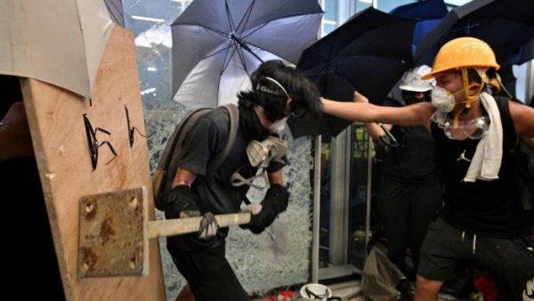 Hong-Kong. Des manifestants prennent d'assaut et occupent l'Assemblée