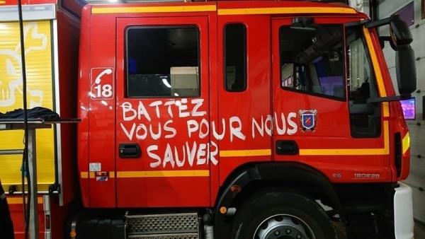Les pompiers du Val d'Oise sévèrement sanctionnés pour avoir porté un brassard « en grève »