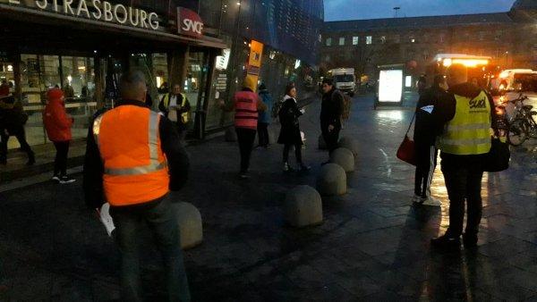 Grève de décembre. A Strasbourg gilets jaunes et cheminots SUD-Rail s'adressent ensemble aux usagers