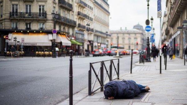 Des SDF verbalisés pour non respect du confinement à Lyon, Paris et Bayonne