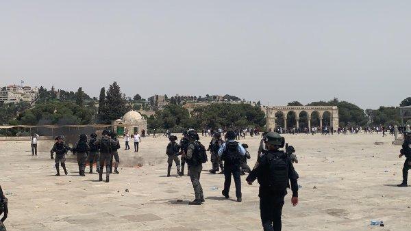 Cessez-le-feu ? La police israélienne continue son offensive et prend d'assaut Al-Aqsa à Jérusalem