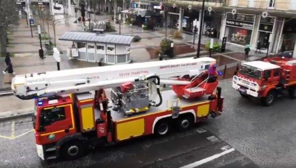 VIDEO. Au Havre, les pompiers manifestent avec leur véhicule contre la réforme des retraites.