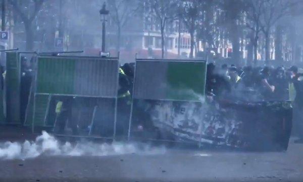 VIDEO. Pour les Gilets jaunes, le matériel de chantier sert de bouclier contre les LBD