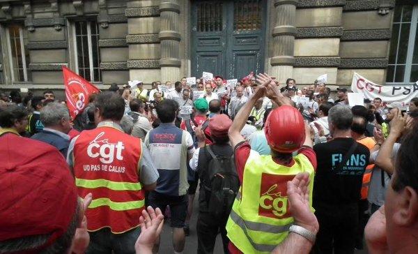 Solidarité ouvrière devant le tribunal de Versailles, pour exiger la relaxe de Farid, militant CGT à PSA Poissy