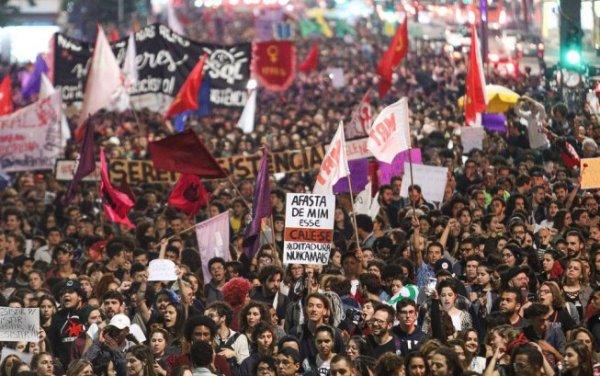 """""""Nous allons résister !"""" Première vague de manifestations face à Bolsonaro"""