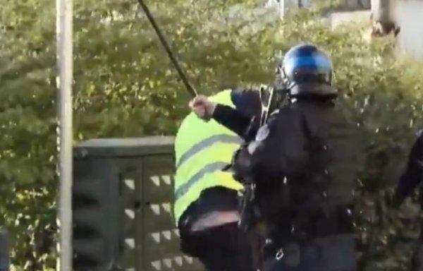 VIDEO. Besançon : un CRS en flagrant délit de matraquage gratuit d'un Gilet jaune