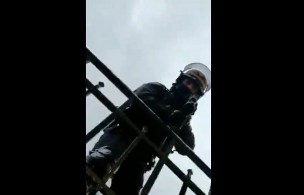 VIDEO. Un policier pointe son LBD à un mètre du visage d'un homme qui le filmait