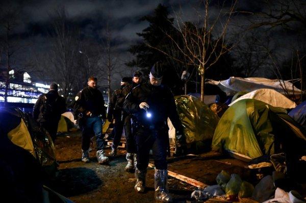 Évacuation porte d'Aubervilliers. Des familles entières délogées du camp, dont 93 enfants