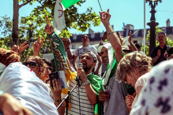 A République les algériens contre Gaid Salah et la répression