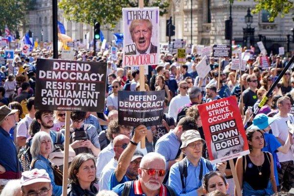 Brexit : entre autoritarisme de Johnson et manifestation contre le « coup d'État »