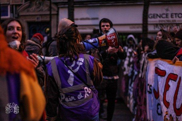 5 décembre : gros cortège du collectif féministe Du pain et des roses à Paris