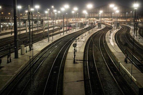 Grève des transports : gares vides et trains fantômes pour Noël